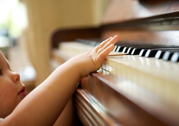 Portret dziecko bawić się pianino