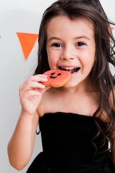 Portret dziewczynka jedzenia ciasteczka