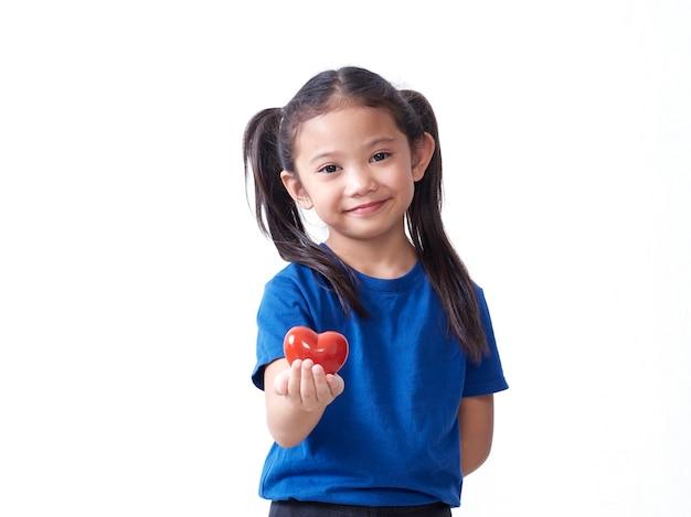 Portret dziewczynki gospodarstwa czerwone serce na białym tle. miejsce na tekst