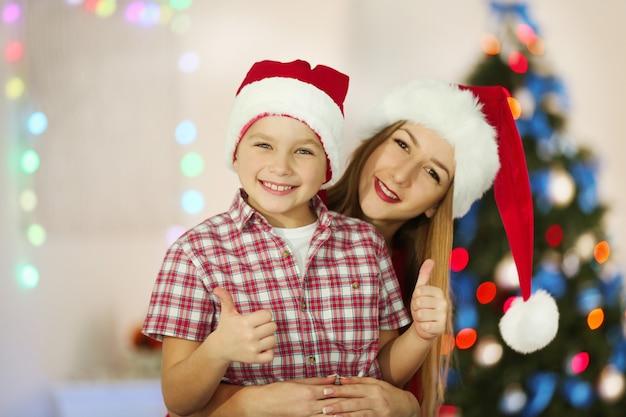Portret dziewczynki i chłopca w udekorowanym świątecznym pokoju