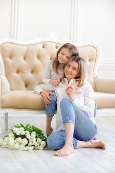 Portret dziewczynki i kochającej matki z tulipanami