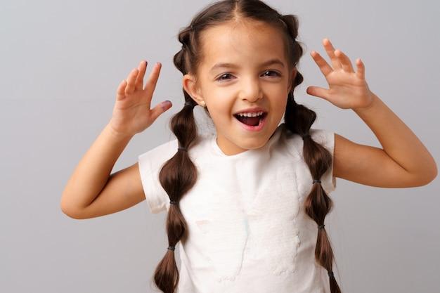 Portret dziewczynki jest podekscytowany i zaskoczony