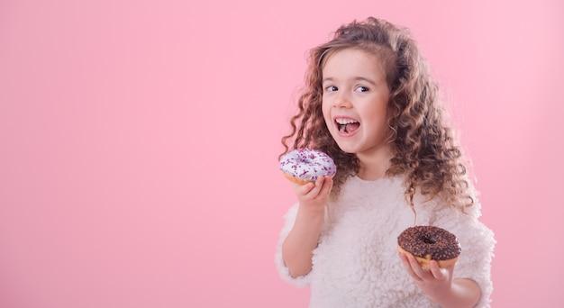 Portret dziewczynki kręcone jedzenie pączków
