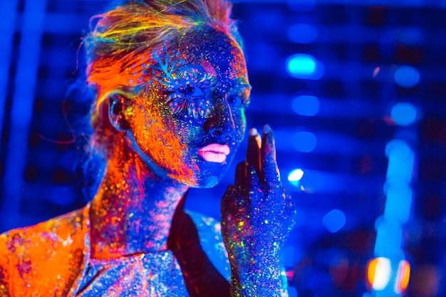 Portret dziewczynki malowany proszkiem fluorescencyjnym.