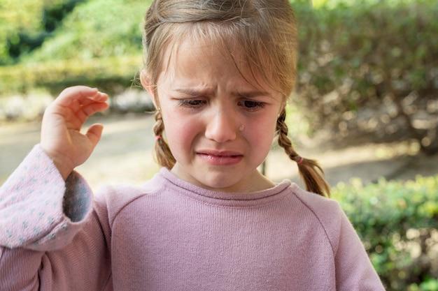 Portret dziewczynki płacze