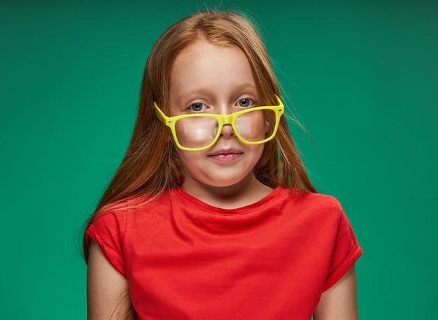 Portret dziewczynki rudowłosej w studio