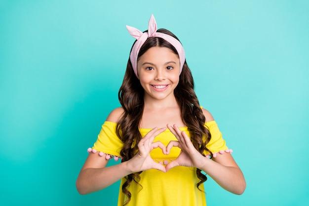 Portret dziewczynki sprawiają, że więzi miłości pokazują ręce w kształcie serca