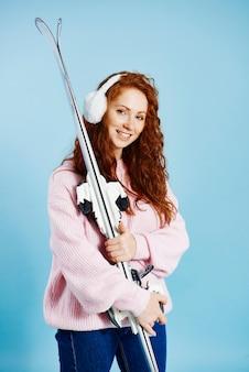 Portret dziewczynki, trzymając jej narty