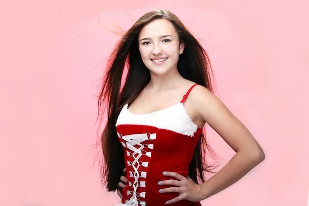 Portret dziewczynki uśmiecha się na sobie czerwoną sukienkę christmas