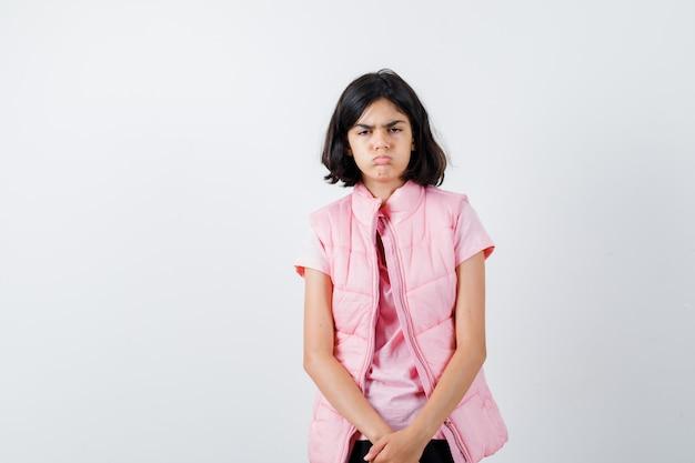 Portret dziewczynki w białej koszulce i kamizelce puchowej