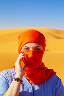 Portret dziewczynki w chustce. sahara, erg chebbi, merzouga, maroko.
