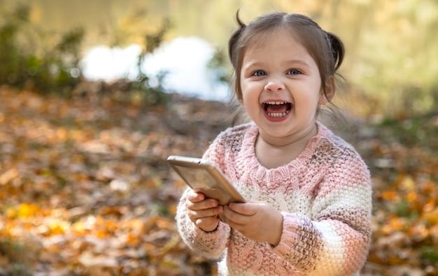 Portret dziewczynki w lesie jesienią.