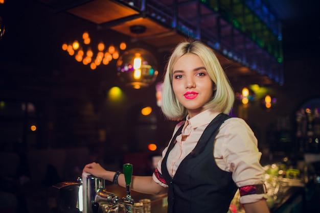 Portret dziewczynki w nocnym barze, za ladą.