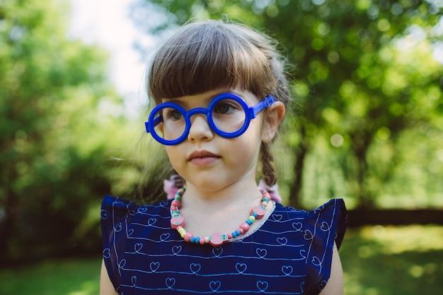 Portret dziewczynki w okularach zabawki