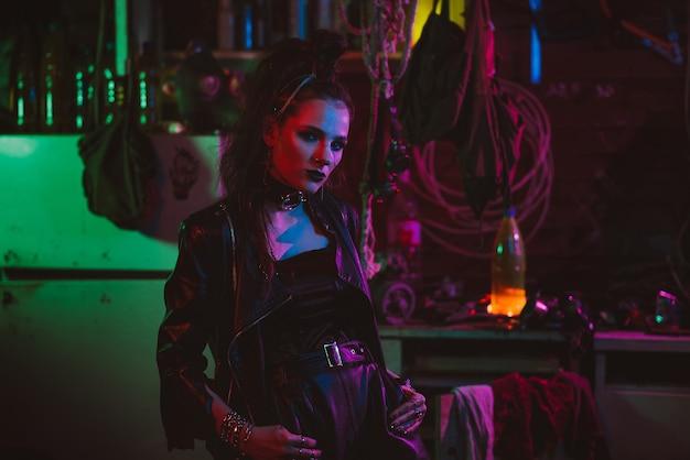 Portret dziewczynki w stylu cyberpunk z włosami i makijażem z neonowym światłem w garażu. koncepcja steampunk