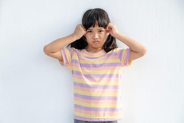 Portret dziewczynki w wieku przedszkolnym ma ból głowy
