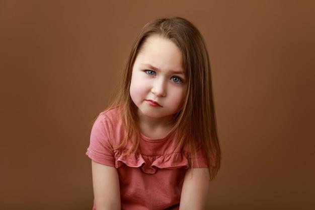 Portret dziewczynki w wieku przedszkolnym pokazano emocje złości