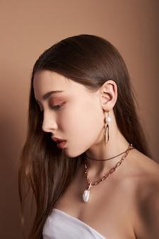 Portret dziewczynki z biżuterią