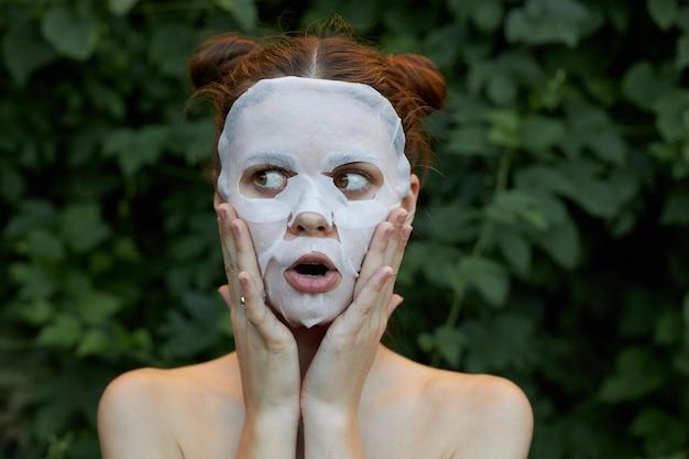 Portret dziewczynki z kosmetyczną maską