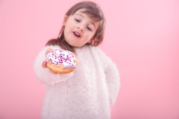 Portret dziewczynki z pączka w jej ręce