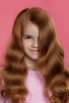 Portret dziewczynki z piękne rude włosy
