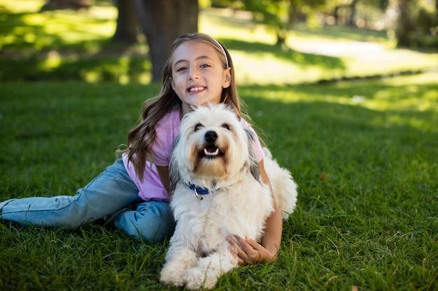 Portret dziewczynki z psem w parku