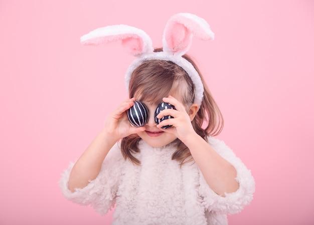 Portret dziewczynki z uszami królika i pisanki