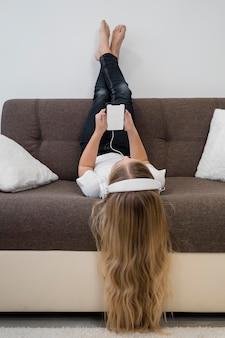 Portret dziewczynki za pomocą telefonu do muzyki