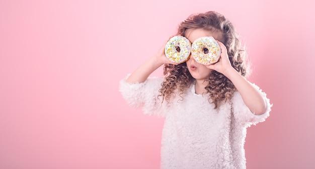 Portret dziewczynki zaskoczony z pączki