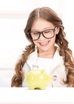Portret dziewczynki ze skarbonką i pieniędzmi