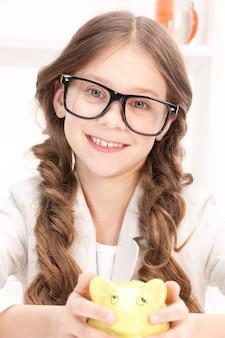 Portret dziewczynki ze skarbonką