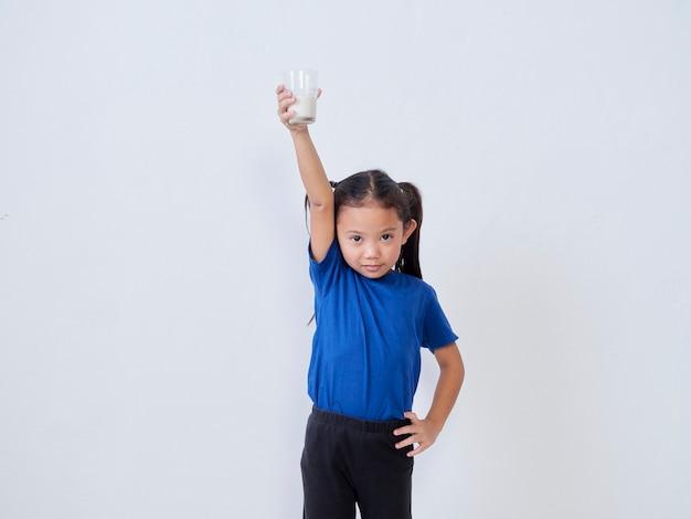 Portret dziewczynki ze szklanką mleka na światło