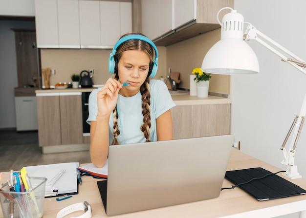 Portret dziewczynki, zwracając uwagę na zajęcia online