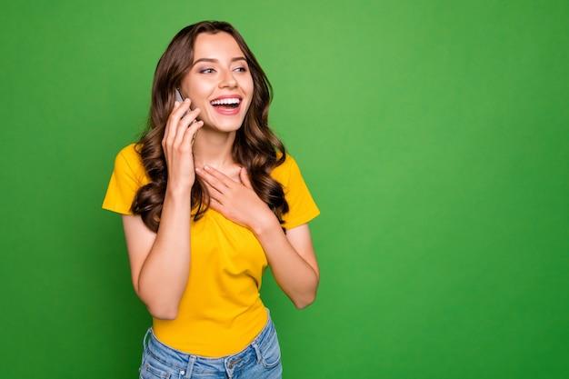 Portret dziewczyny dzwoniąc do domu, omawiając wiadomości na białym tle