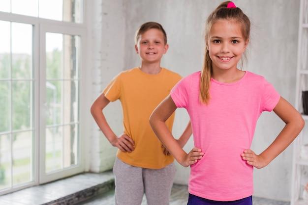 Portret dziewczyny i chłopca patrząc na kamery