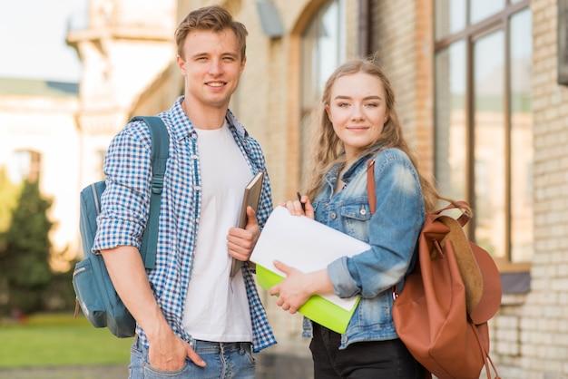 Portret dziewczyny i chłopca przed szkołą