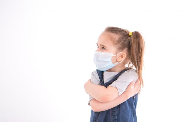 Portret dziewczyny, która zakryła twarz maską. przerażone oczy pacjenta.