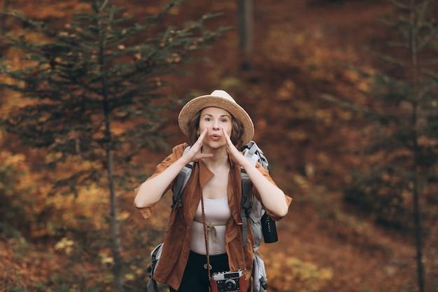 Portret dziewczyny, która zgubiła się w lesie. dziewczyna, która podróżuje