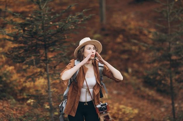 Portret dziewczyny, która zgubiła się w lesie. piękna dziewczyna w kapeluszu w jesień lesie