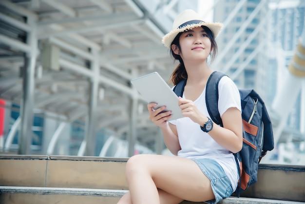 Portret dziewczyny młodych studentów uśmiecha się pracy i nauki na komputerze przenośnym