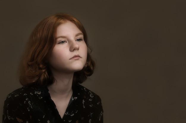 Portret dziewczyny piękne nastolatek w ciemności