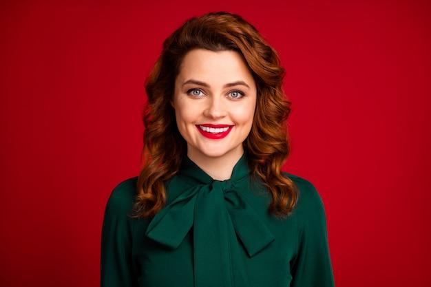 Portret dziewczyny pozuje na białym tle na jasnoczerwonym bordowym kolorze bordowym tle