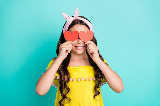 Portret dziewczyny pozytywne dziecko zamknąć oczy małe papierowe serce