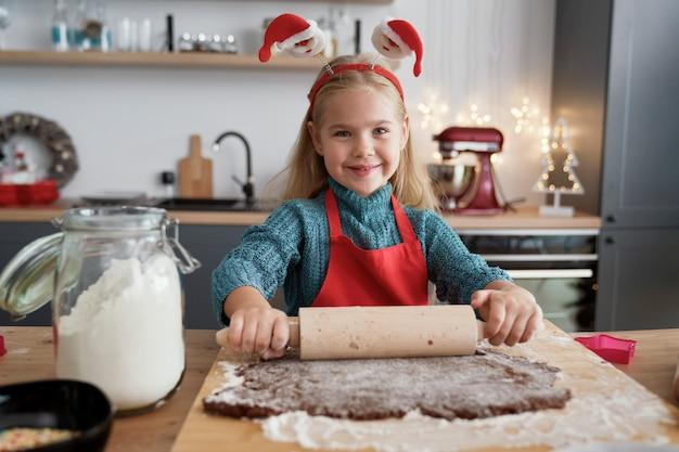 Portret dziewczyny toczenia ciasta piernikowego