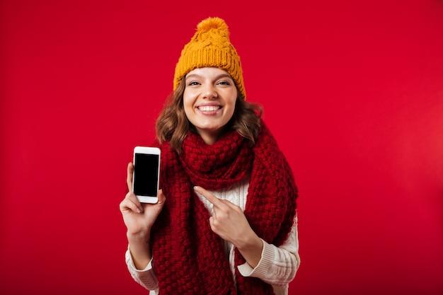 Portret dziewczyny ubrane w zimowy kapelusz i szalik
