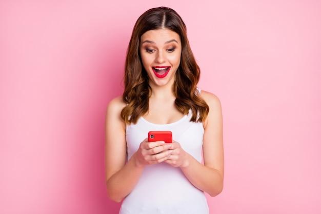 Portret dziewczyny uzależnionej używać smartfona podekscytowana szalona dziewczyna
