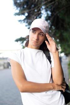 Portret dziewczyny w czapce i białej koszulce