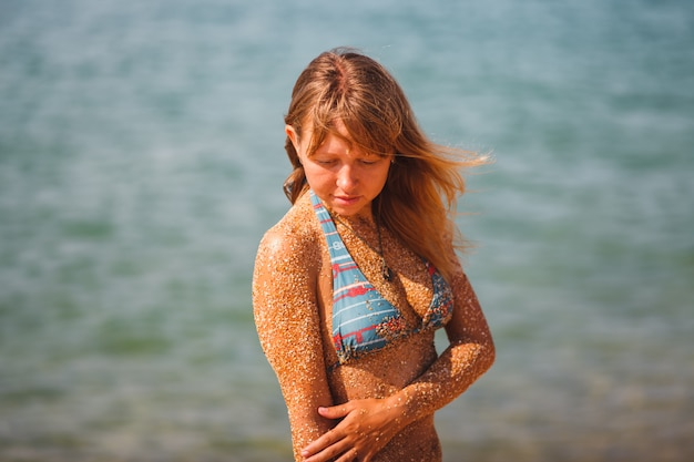 Portret dziewczyny w strój kąpielowy na morzu. nieśmiała dziewczyna