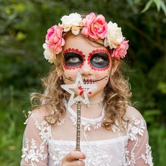Portret dziewczyny z kostiumem na halloween