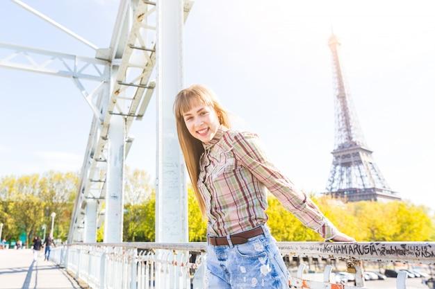 Portret dziewczyny z wieży eiffla na tle w paryżu